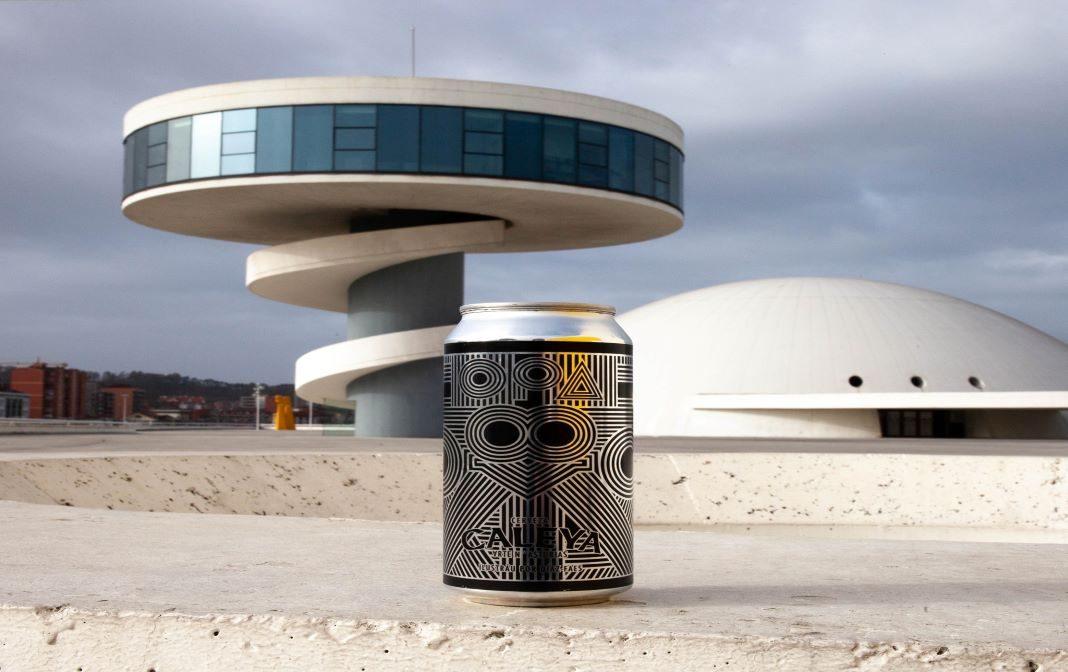 Lata de cerveza Caleya en Centro Niemeyer, en Avilés